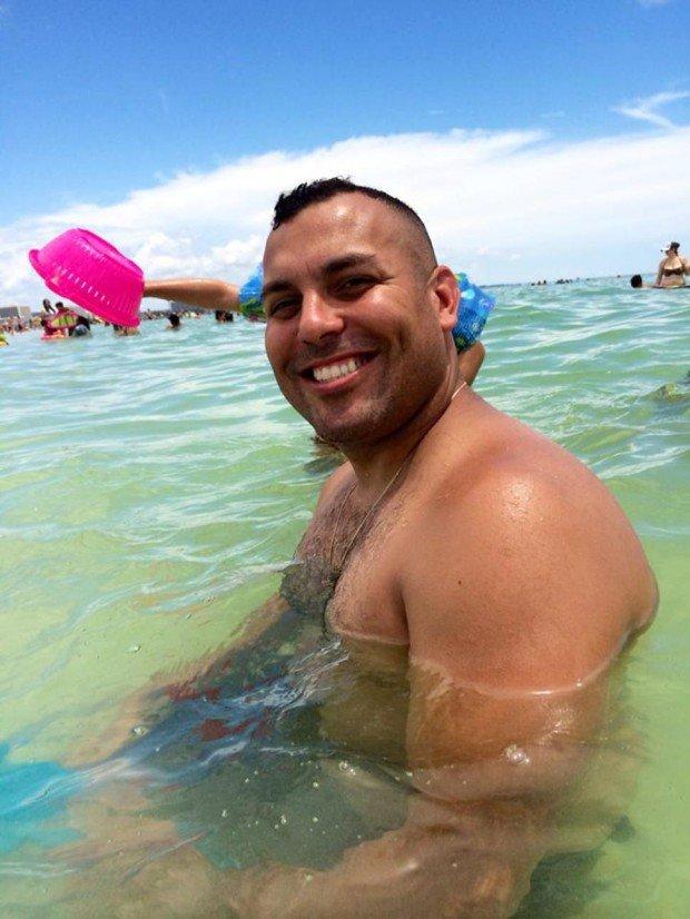 Ce i s-a întâmplat acestui bărbat la câteva minute după ce a făcut această fotografie, pe plajă. Martorii sunt în stare de ŞOC