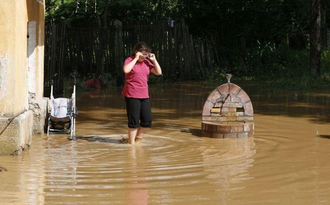 Zeci de milioane de euro, pe apa sâmbetei. Apele Române au dat 47 de mil de euro pe hărţile de inundaţii, dar nu ştiu să le citească