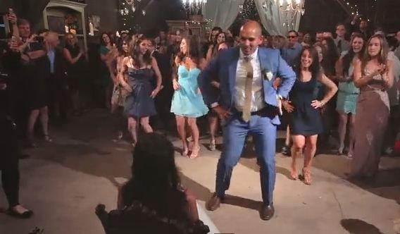 Este cel mai tare dans de nuntă de până acum! A crezut că îşi va surprinde soţul, dar nu ştia ce o aşteaptă