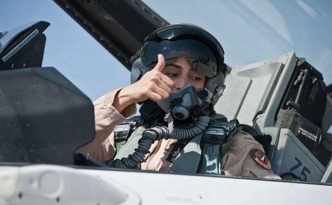 O femeie din Emiratele Arabe Unite bombardează poziţiile teroriştilor SIIL (VIDEO)