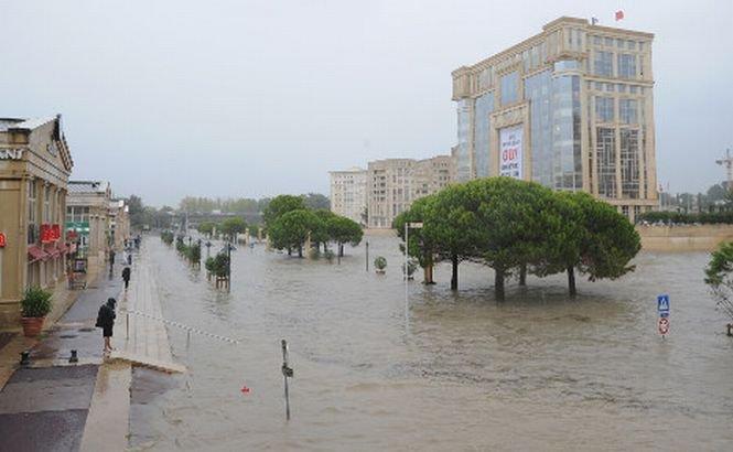 Cod roşu de inundaţii în sudul Franţei. A plouat în 4 ore cât pentru 2 luni! (VIDEO)