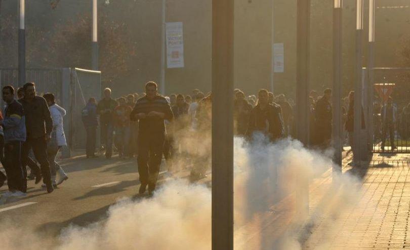 Jandarmii au folosit GAZE LACRIMOGENE şi AU EVACUAT o parte a fanilor români