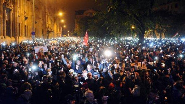 """Proiectul lui Viktor Orban de a taxa internetul în Ungaria a scos în stradă zeci de mii de oameni. """"Suntem în Evul Mediu"""""""