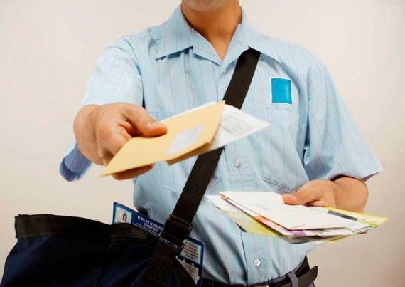 Un poştaş din Iaşi a fost reclamat că împarte cardurile de sănătate în faţa secţiei de vot