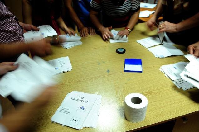 Incidente la primul tur al alegerilor: sute de buletine de vot au DISPĂRUT. Poliţia anchetează cazul