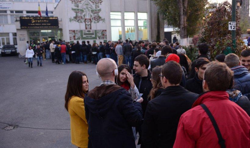 Sute de studenţi au stat la coadă la secţia din Grozăveşti şi 3 ore pentru a vota. Puteau merge la orice altă secţie de votare din Capitală
