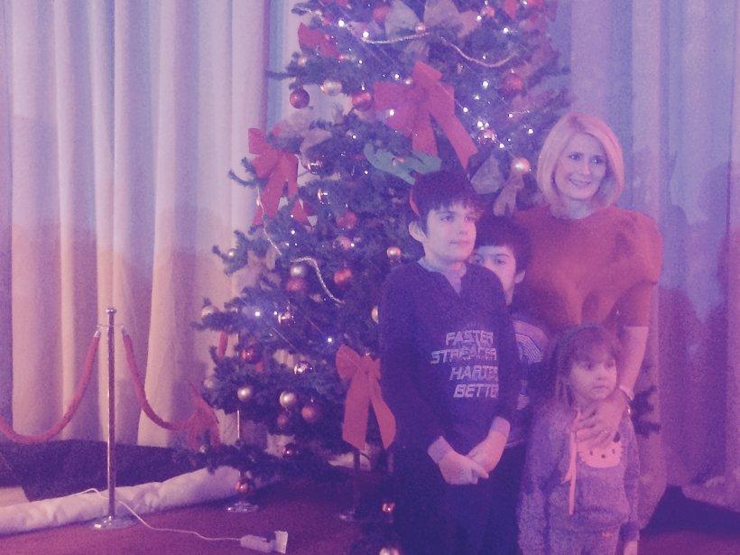 Seară magică pentru câţiva copii de la Fundaţia Mereu Aproape. Alessandra Stoicescu i-a adus la petrecerea de Crăciun a copiilor angajaţilor INTACT