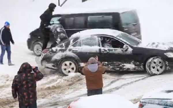 Ce-a făcut acest şofer de Mercedes după ce a rămas ÎNZĂPEZIT, la Sibiu. În loc să-l ajute, ceilalţi şoferi s-au oprit să-l FILMEZE