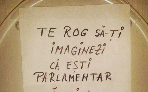 """I-a lipit această foaie pe capacul de la toaletă, colegului de apartament: """"Te rog să îţi imaginezi că eşti parlamentar"""". Continuarea a ajuns VIRAL"""