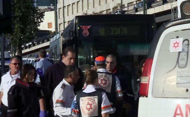 Cel puţin 9 israelieni au fost înjunghiaţi într-un autobuz din Tel Aviv. Palestinianul care i-a atacat a fost împuşcat şi reţinut