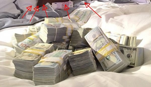 """Cine era în pat lângă acest morman de bani: """"Asta e viaţa pe care o duc zi de zi"""""""