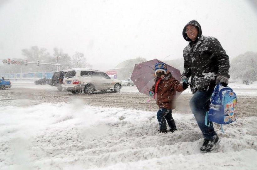 Peste 50.000 de oameni sunt izolaţi din cauza ninsorilor căzute în ultimele ore. Drumurile de acces, închise