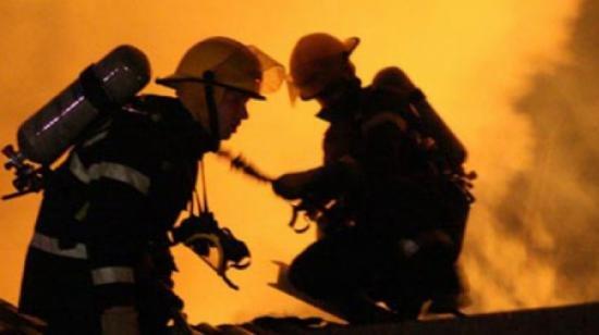Trei copii cu arsuri în urma unui incendiu, transportaţi la Bucureşti cu un avion militar