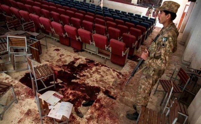 După masacrul de la Peshawar, profesorii pakistanezi pot veni înarmaţi în şcoli