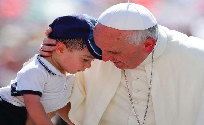 Papa Francisc cere prelaţilor catolici să coopereze cu comisia care anchetează abuzurile sexuale