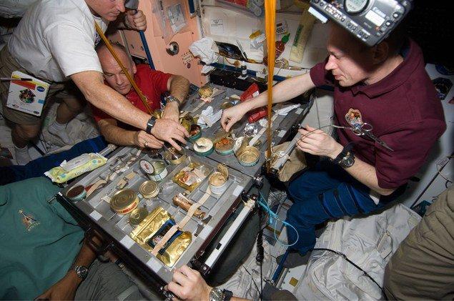 Vrei să afli cum te-ai simţi pe Staţia Spaţială? Vezi ce mănâncă astronauţii trimişi în spaţiu