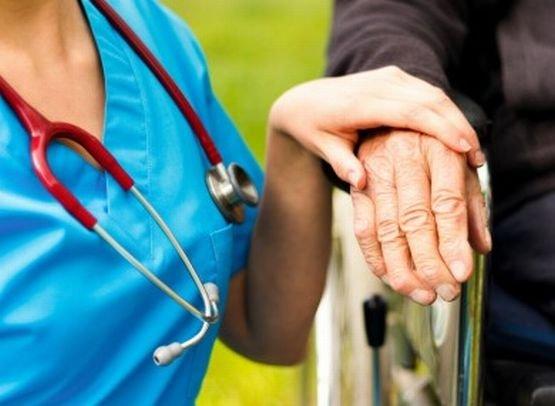 Bolnavii din Grecia, nevoiţi să-şi închirieze infirmiere când se internează în spital. Multe dintre ele, imigrante românce fără pregătire medicală