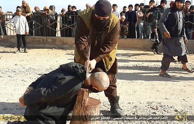 Statul Islamic continuă execuţiile publice. Un BĂTRÂN, decapitat pentru că era acuzat de vrăjitorie
