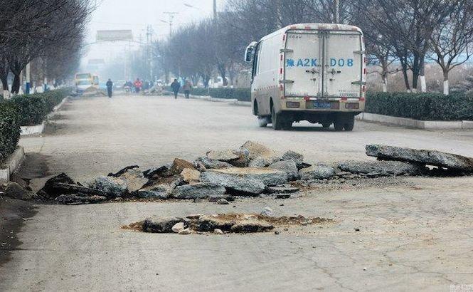 Drumul lor arată ca după bombardament! Oamenii nu au vrut să-şi vândă proprietăţile unui RECHIN imobiliar