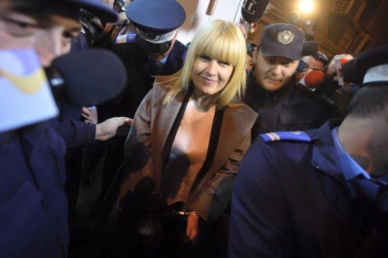 """Criticii de modă analizează ţinuta Elenei Udrea din ziua arestării: """"Palton de 3000 de euro accesorizat cu cătuşe"""""""