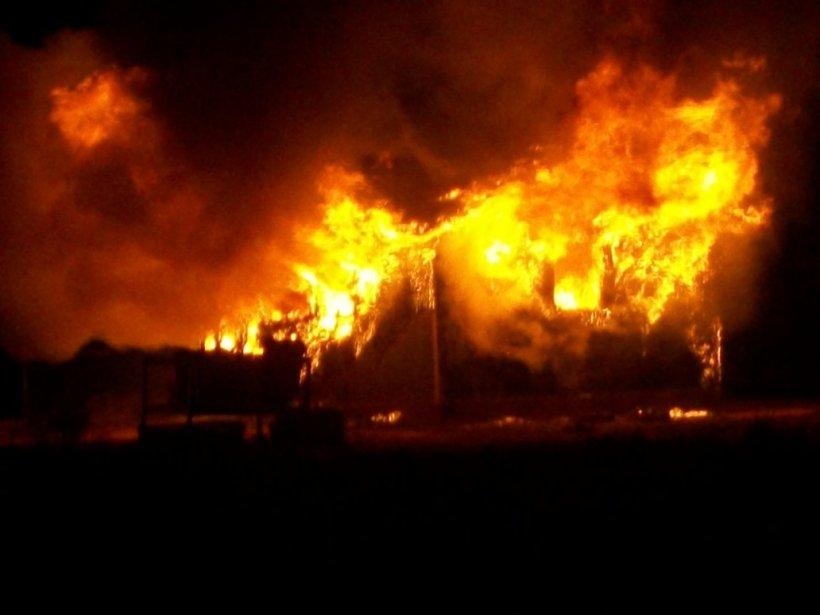 Acoperişul unei vile a ars în întregime. Când a auzit de incendiu, proprietara casei a intrat cu maşina într-un şanţ