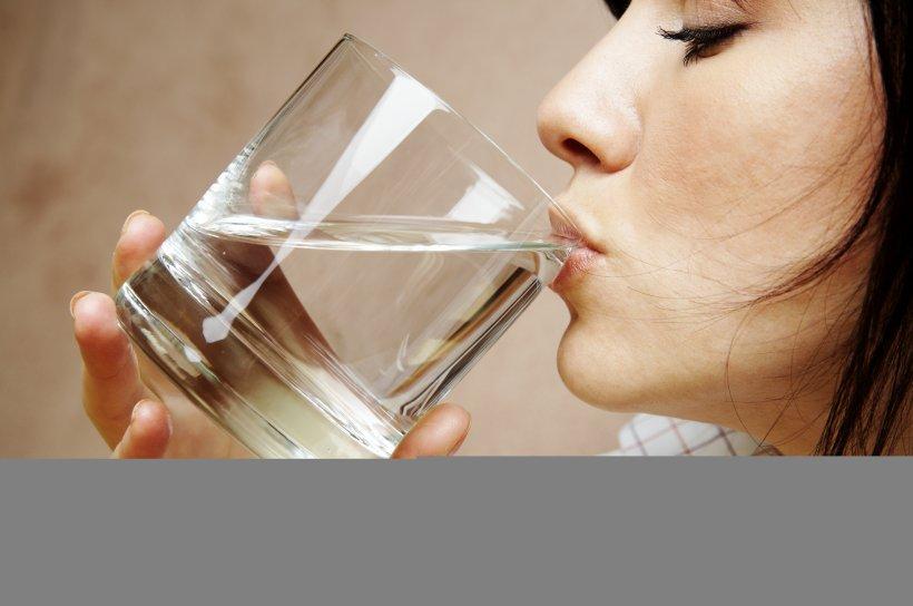 """Ce se întâmplă în corpul tău atunci când bei prea multă apă: """"Este la fel de rău"""""""