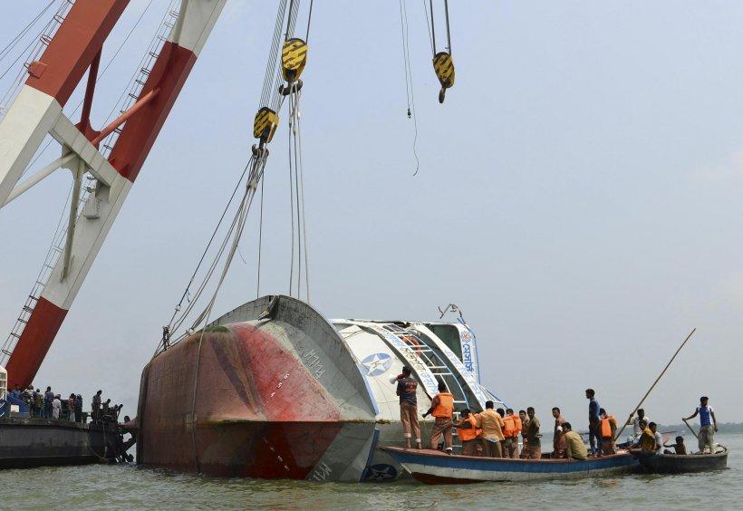 Cel puţin 68 de morţi, după ce un feribot s-a răsturnat în Bangladesh