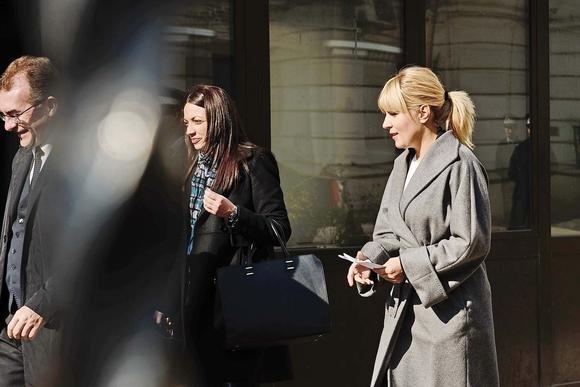 """Drumul """"iniţiatic"""" al Elenei Udrea, din Parlament în puşcărie. Cum s-a transformat fosta blondă prezidenţiabilă după ce a făcut semnul MAFIOT"""
