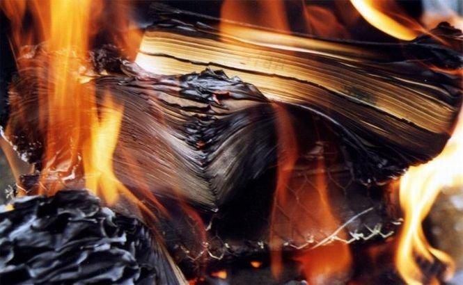 Jihadiştii SI au ars peste 100.000 de cărţi şi manuscrise vechi găsite în Irak