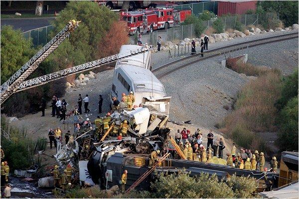 Grav accident feroviar în SUA. Peste 50 de oameni au fost răniţi, după ce un tren a intrat în plin într-un camion