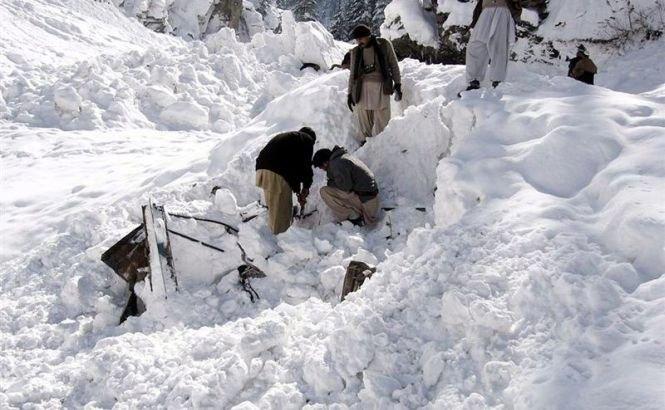 Peste 200 de persoane au murit îngropate de avalanşele din nordul Afganistanului