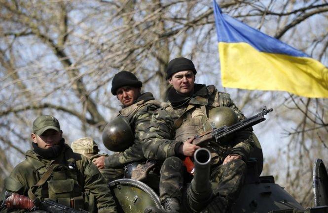 Ucrainenii îşi retrag armamentul greu de pe front