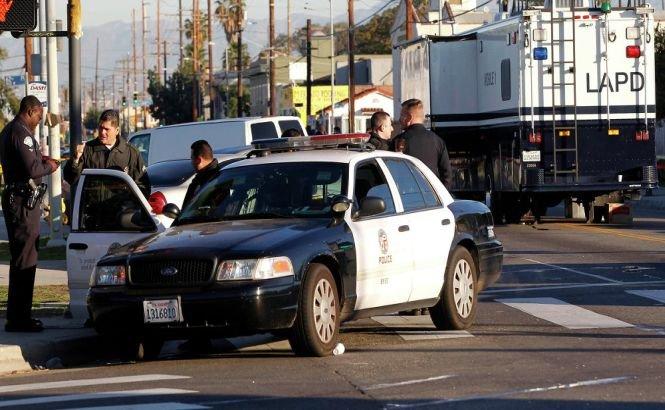 Trei bărbaţi mascaţi au deschis focul asupra poliţiştilor din Los Angeles