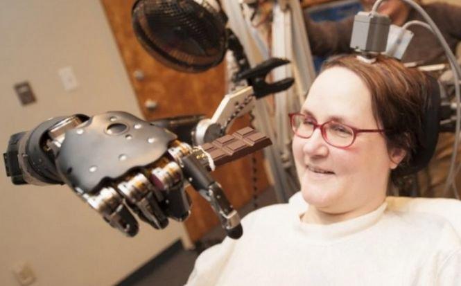 O femeie paralizată a pilotat un avion de luptă cu ajutorul minţii