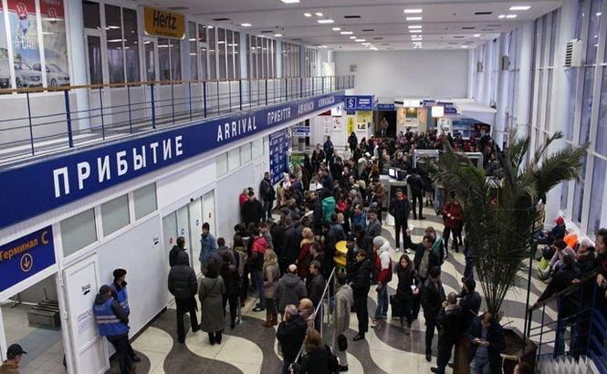 ALARMĂ FALSĂ cu bombă pe cel mai mare aeroport din Crimeea. 700 de persoane au fost evacuate de urgenţă