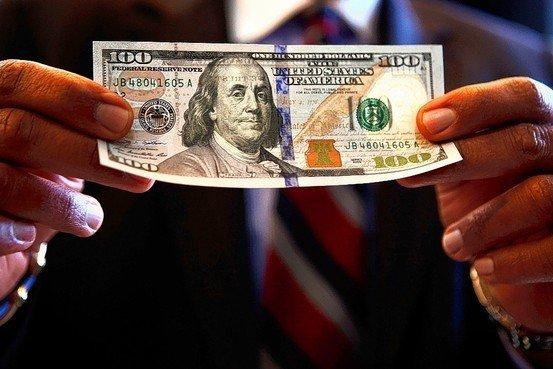 Dolarul calcă peste Euro. RECORDUL ISTORIC doborât de moneda americană. Ce EFECTE negative vom resimţi pe piaţă