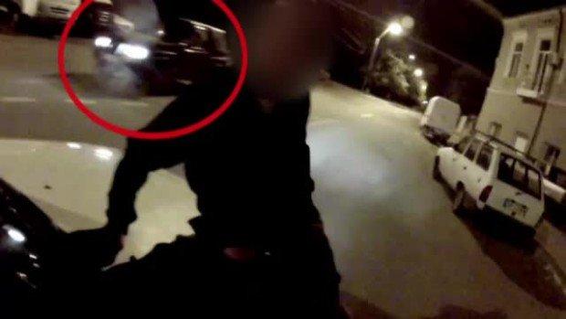Scene incredibile, filmate pe o şosea din Constanţa. S-au urcat pe capota maşinii şi au demarat în trombă