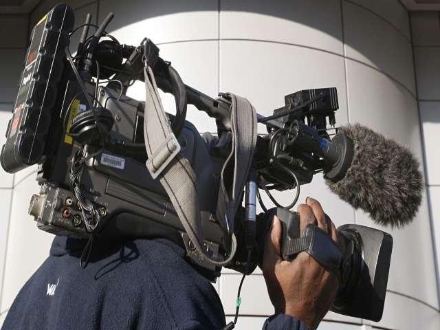 Incident incredibil. O echipă de jurnalişti, care se pregătea de o transmisie în direct, a fost jefuită în plină stradă. Totul a fost filmat