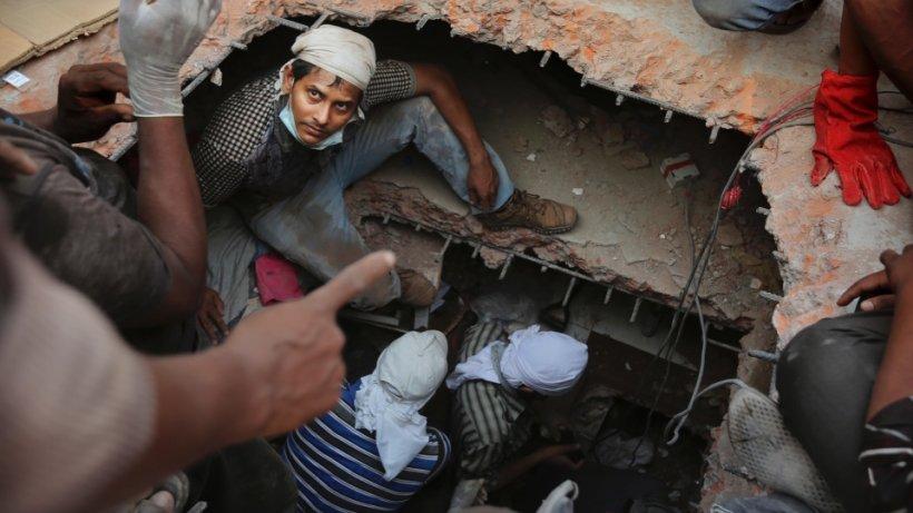 Clădire prăbuşită în Bangladesh. CINCI oameni au murit. ZECI de muncitori sunt încă prinşi sub dărâmături