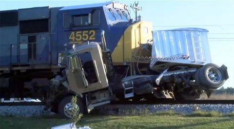 Accident grav de tren, în SUA. O maşină a fost pur şi simplu spulberată de un tren de mare viteză. Doi adolescenţi au murit