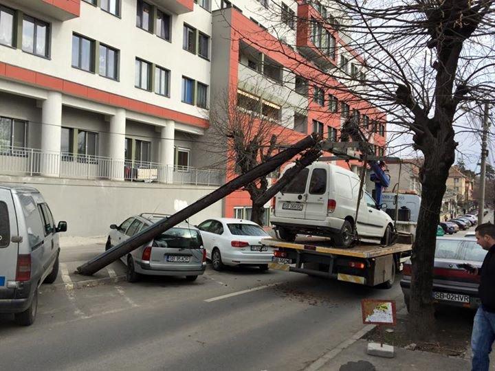 Maşină parcată regulamentar, AVARIATĂ de un stâlp lovit de o autospecială de ridicat maşini