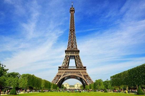 Prima ediţie a cursei pe verticală de la Turnul Eiffel, câştigată de un polonez. Câte trepte a avut de urcat