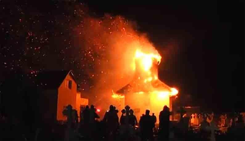 O biserică veche de 300 de ani a ars ca o torţă. Pierderile sunt inestimabile