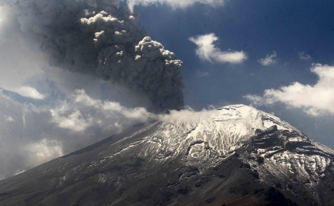 """Un vulcan din Rusia a aruncat la 10 km în aer un nor de cenuşă. """"Sunt semnele unei erupţii MAJORE!"""""""