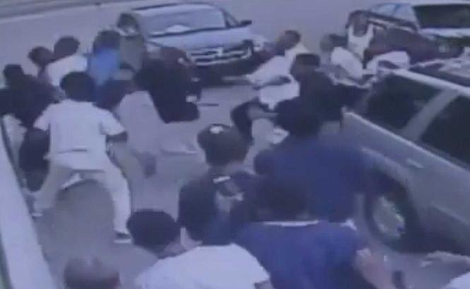 A fost bătut de un grup de tineri, după ce a condus o bătrână speriată la maşina ei
