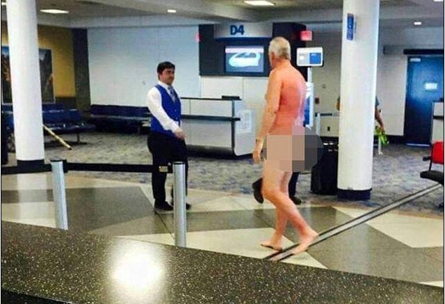 S-a DEZBRĂCAT în faţa călătorilor. Motivul pentru care acest bărbat a protestat la aeroport