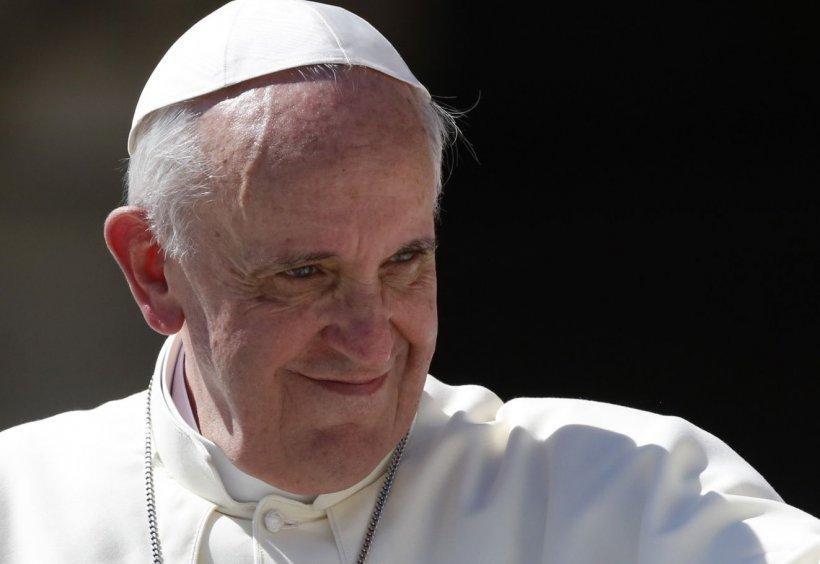 Papa Francisc nu se uită la televizor de 25 de ani, nu stă pe internet şi citeşte un singur ziar