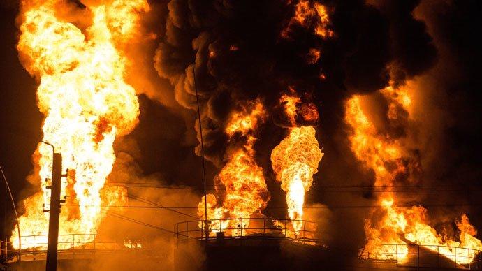 INFERN la o unitate militară de depozitare a combustibilului din Ucraina. 17 rezervoare au EXPLODAT şi cel puţin 4 pompieri au murit (VIDEO)