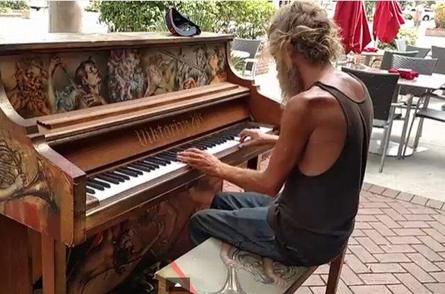 Îţi vor da LACRIMILE când îi vei afla povestea! Cine este acest om al străzii care interpretează DIVIN o melodie la pian (VIDEO)