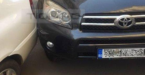 Culmea parcării: Cum blochezi traficul şi provoci o tamponare în acelaşi timp. FOTO în articol